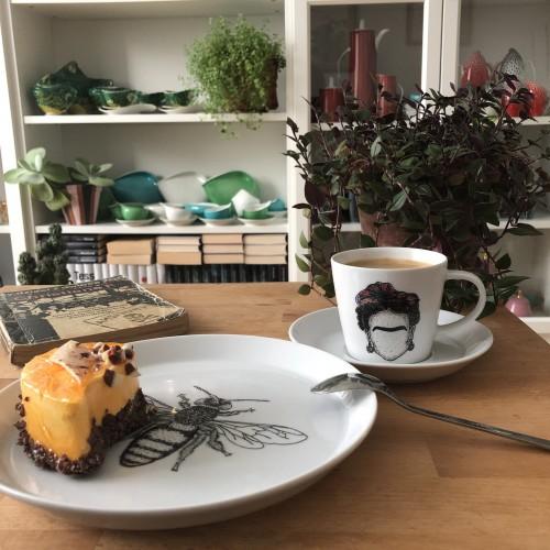 Ręcznie malowana filiżanka do kawy frida kahlo i talerzyk spójnica lucernowa