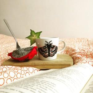 Recznie malowana filiżanka do kawy i wypalana w piecu ceramicznym ćma kolorowa