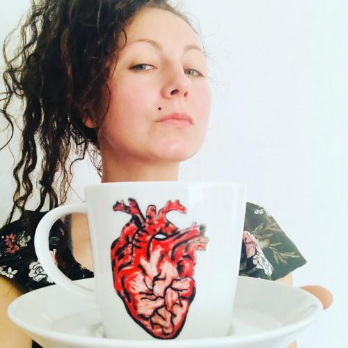 Filiżanka ręcznie malowana farbami naszkliwnymi i wypalana w piecu ceramicznym Serce