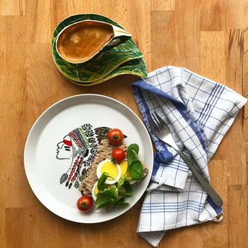 Talerz ręcznie malowany farbami naszkliwnymi i wypalany w piecu ceramicznym, produkcja polska Szaman