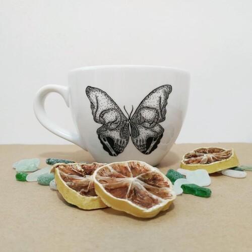 Kubek 500ml ręcznie malowany z uchem z motywem Czachy Motyla Porcelana wypalana w piecu ceramicznym Rzecz Pospolita Sztuka Użytkowa Gdańsk Dobre bo Polskie