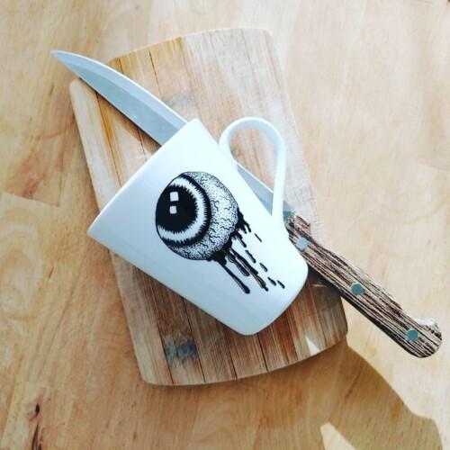 Kubek ręcznie malowany gałka oczna wypalana w piecu ceramicznym Rzecz - Pospolita Sztuka Użytkowa
